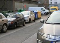 Špatně parkující auta blokují popeláře