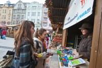 Stánek dobrovolníků na vánočních trzích