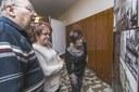 Návštěvníci výstavy si prohlížejí panel, který přibližuje historické události v Ostravě.