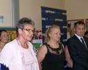 J. Rovňáková (vlevo) přeje prvňáčkům úspěchy ve škole