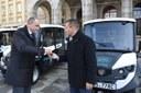 Klíče k novým vozům předal náměstek primátora Radim Babinec (vlevo).