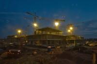 Stavba v nočním osvětelní