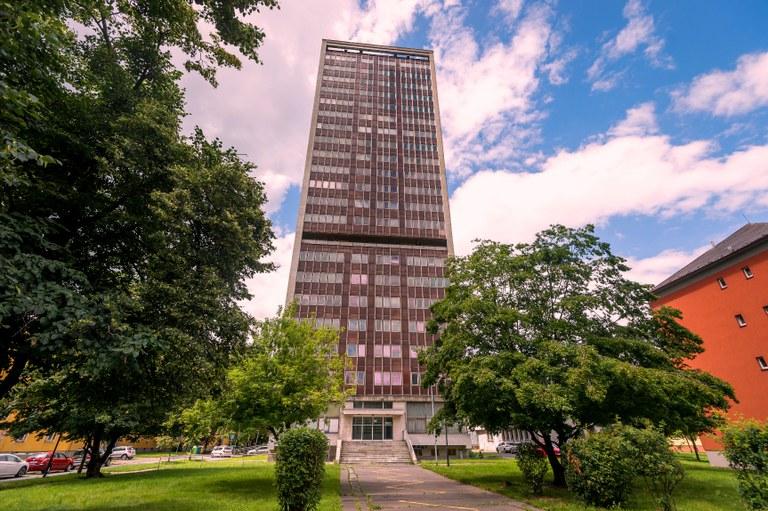 Návrh rekonstrukce výškového domu v Ostrčilově ulici připraví studio architektky Evy jiřičné