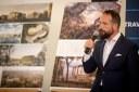 Primátor Tomáš Macura představuje návrhy architektonických studií.