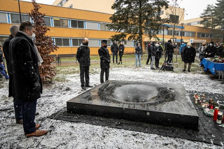 Památník před budovou Polikliniky Fakultní nemocnice Ostrava připomíná oběti střelby