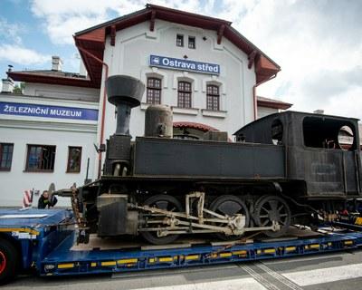 """Parní lokomotiva """"kafemlejnek"""" obohatila ostravské železniční muzeum"""