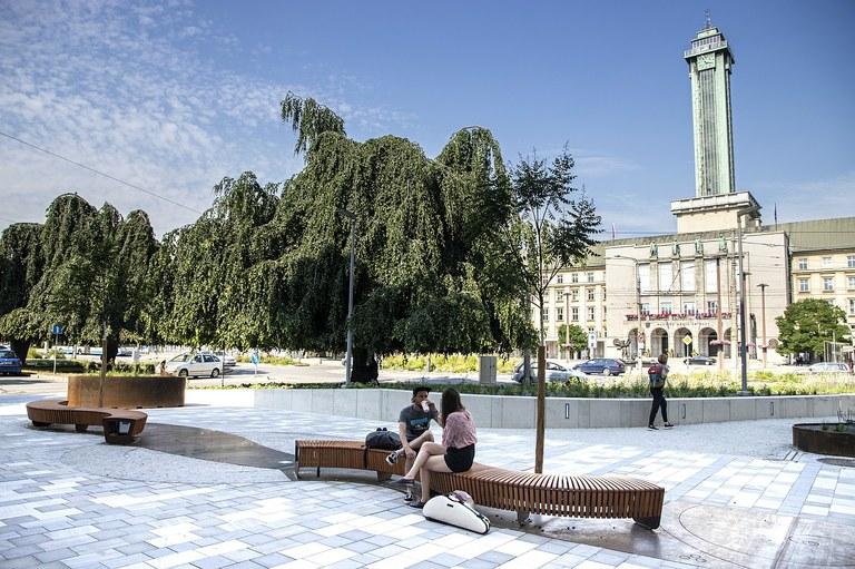 Před kavárnou v rohu Prokešova náměstí v centru Ostravy je nově upravený veřejný prostor