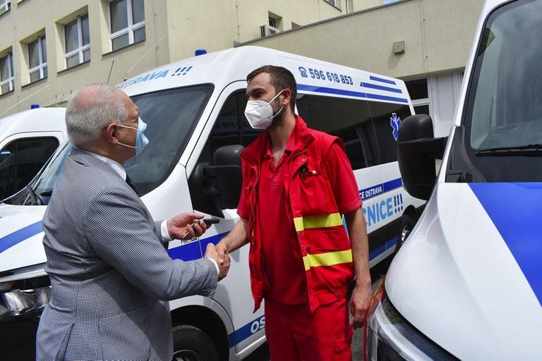 Šest nových sanitek pro Městskou nemocnici Ostrava