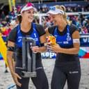 Barbora Hermannová a Markéta Sluková s vítěznou trofejí.