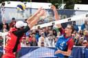 David Schweiner (vpravo) překonává v semifinále polského hráče.