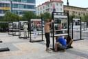 Instalace výstavy na náměstí.