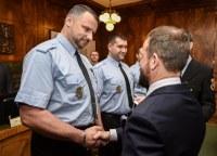 Strážníci oceněni za záchranu života