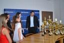 Náměstek P. Štěpánek obdivuje množství trofejí.