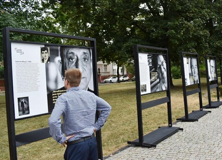 Výstavu Paměť národa můžete vidět v Komenského sadech