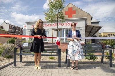 Zanedbaný prostor před městskou nemocnicí se proměnil v komunitní náměstíčko