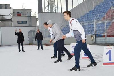Primátor Tomáš Macura startuje běh na 100 metrů ve sněhu. Zcela vpravo je tenista Tomáš Macháč.
