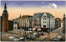 Dnešní Masarykovo náměstí s radnicí, vpravo dům s kavárnou Union, pohlednice vydaná před 1. světovou válkou.